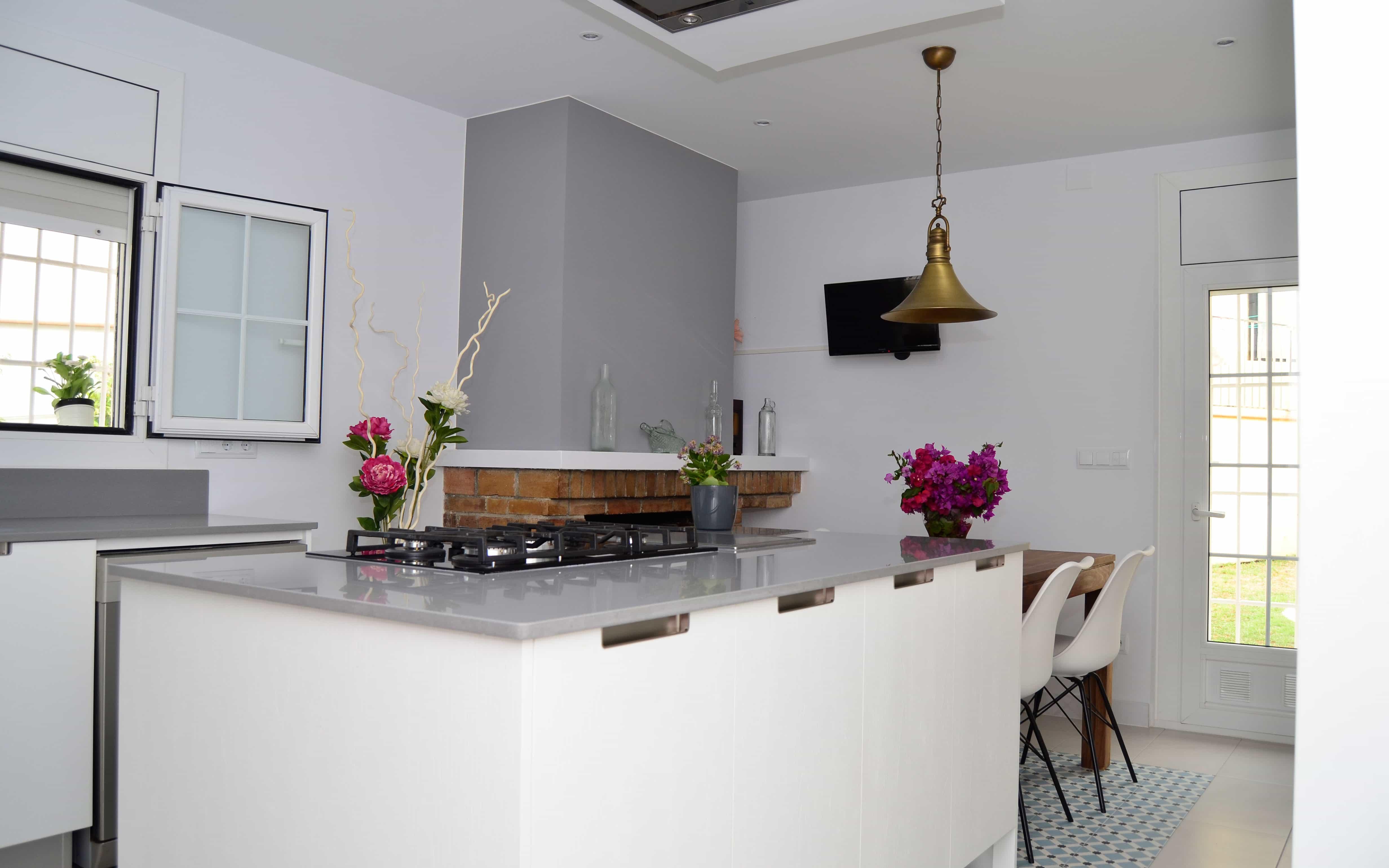Cocina integrada en salón con isla Mas Ram Contract Solutions