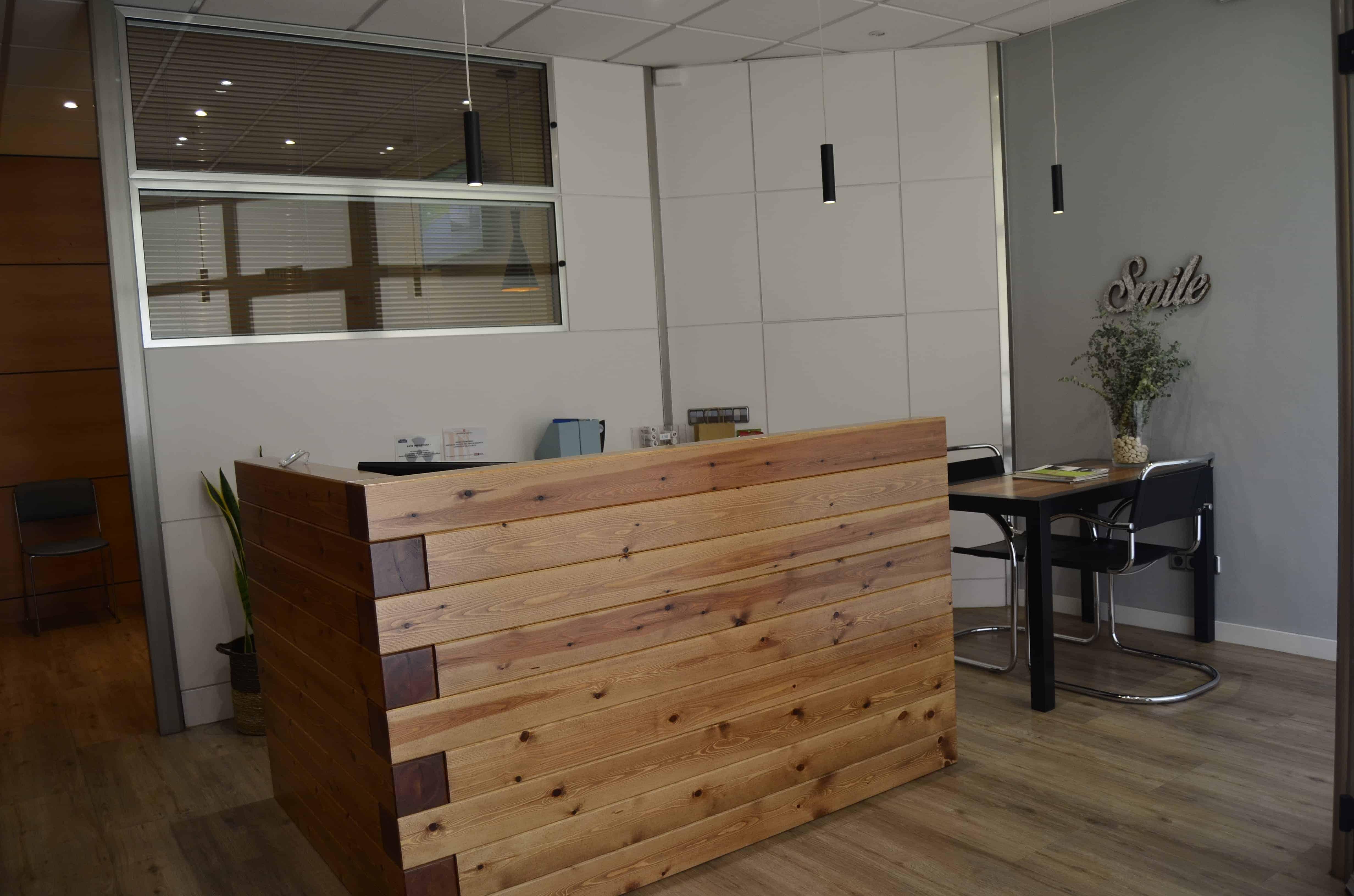 mostrador recepción clínica dental madera