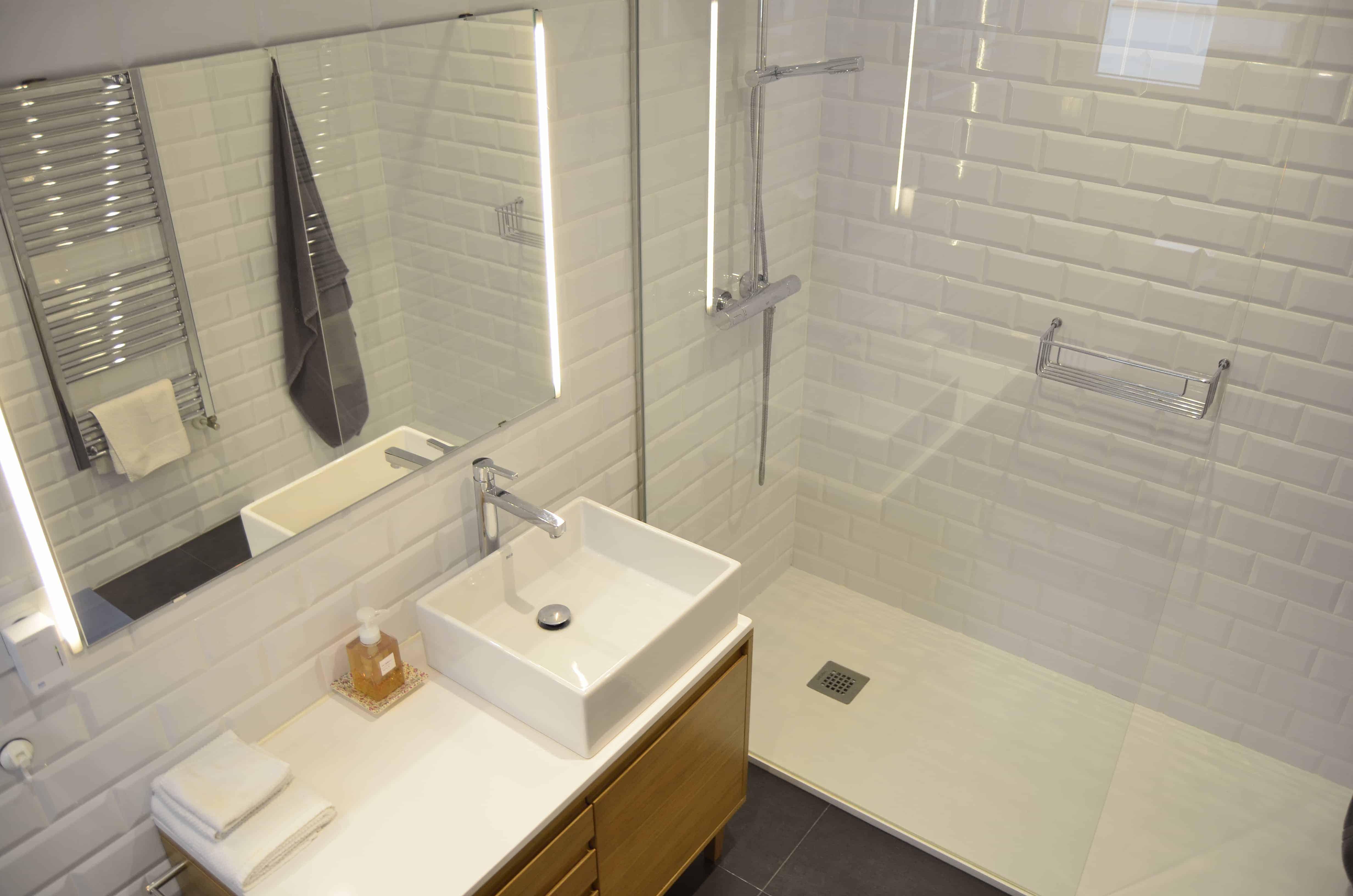 baño nuevo en blanco con suelo gris